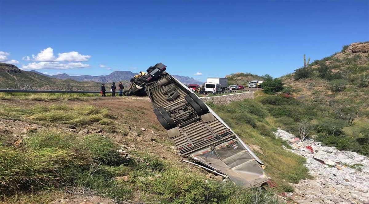 Volcadura de tráiler provoca interrupciones de tráfico en el tramo Insurgentes-Loreto