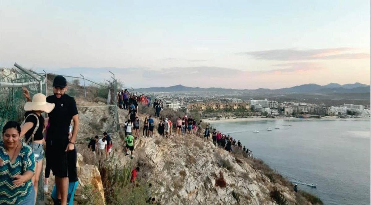 Decenas desafían al Covid-19 escalando el cerro para llegar a El Arco de CSL
