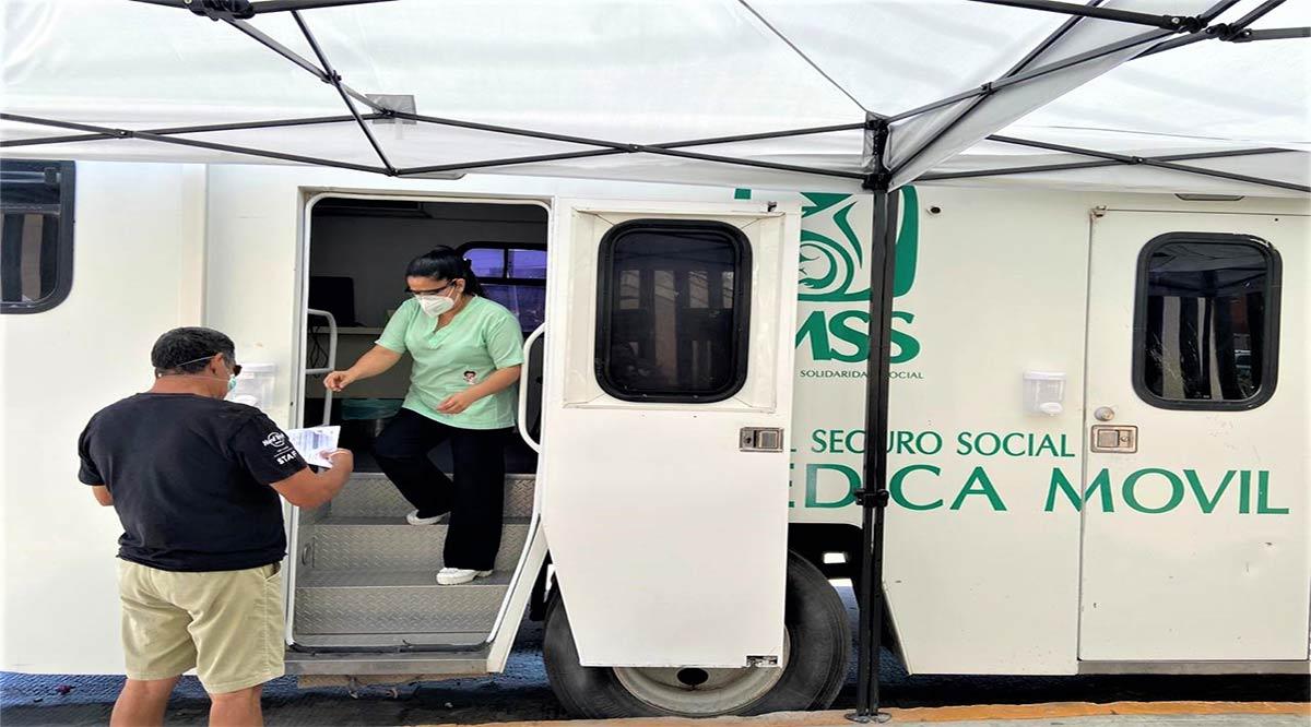 Orientan a grupos vulnerables en unidad móvil del IMSS que ubicaron en el Hospital de Reconversión en CSL