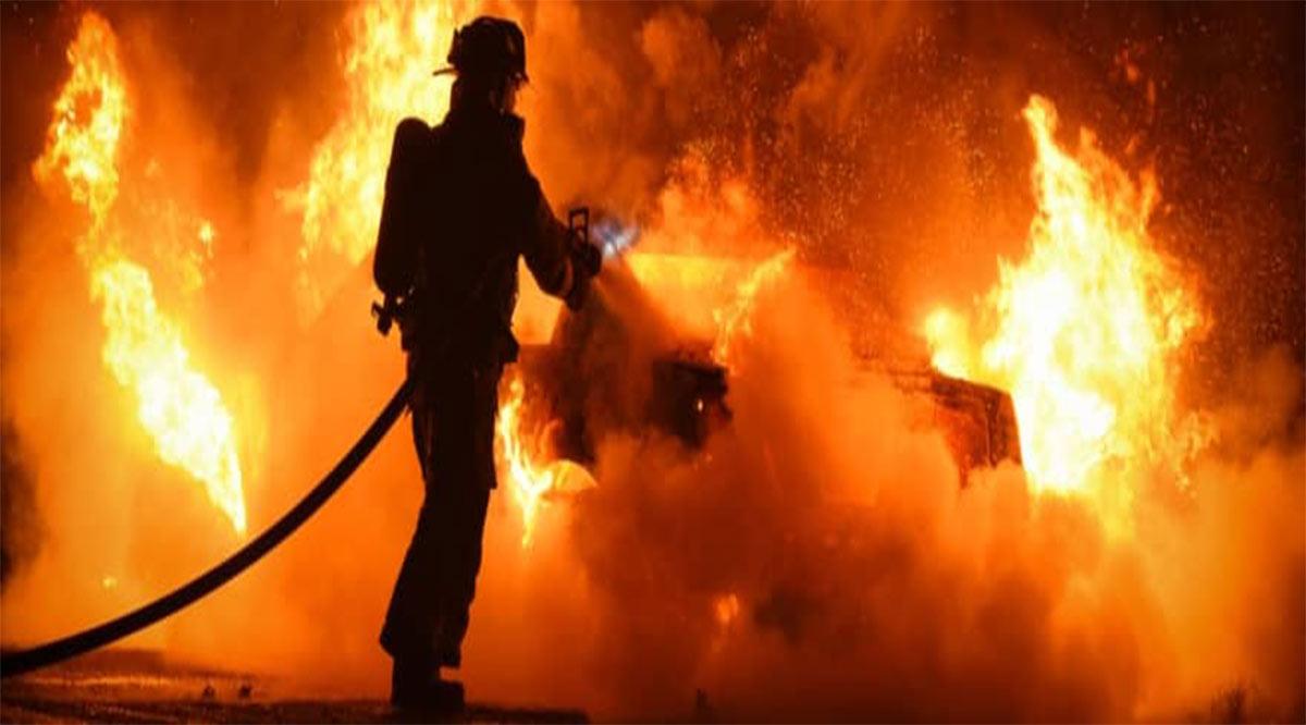 Incendio al parecer provocado consume vehículo en Infonavit