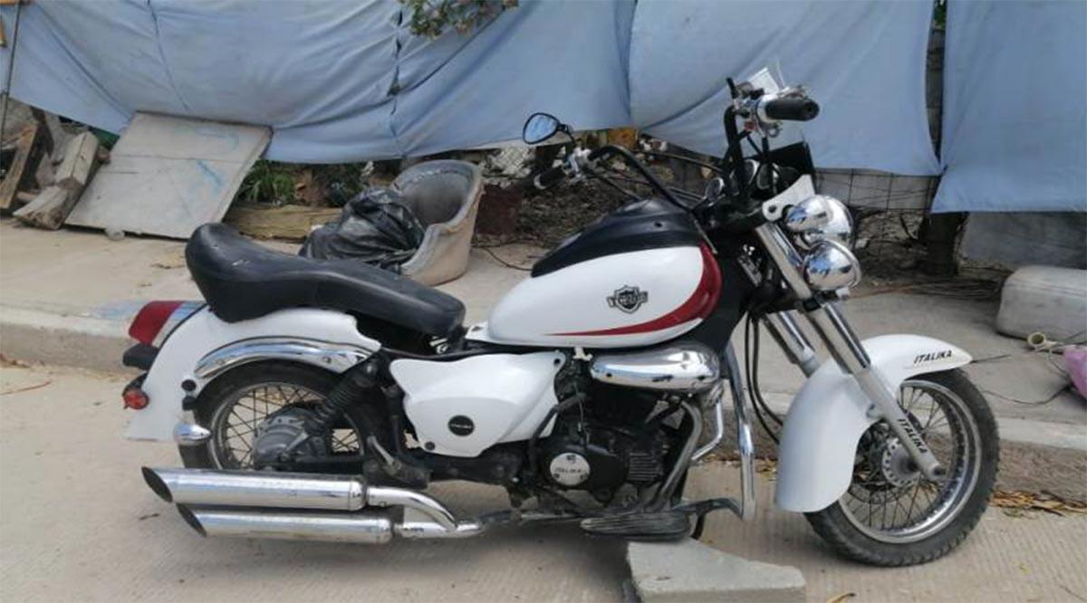 Detienen a 3 sujetos con una moto robada