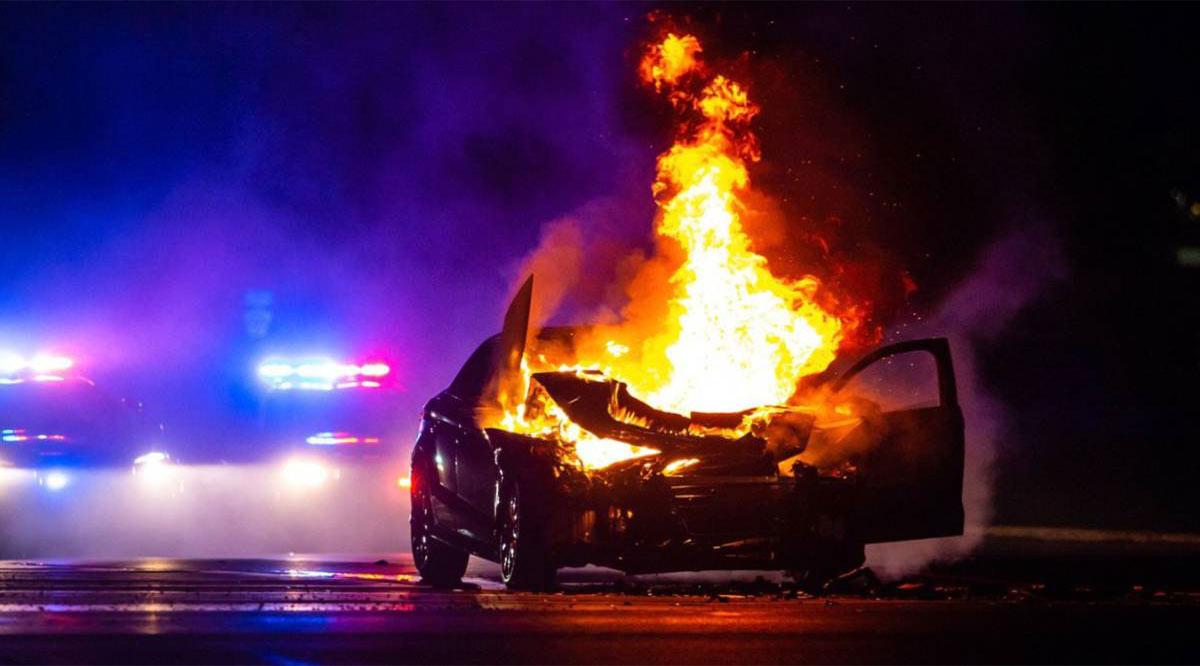 Consumen incendios dos vehículos
