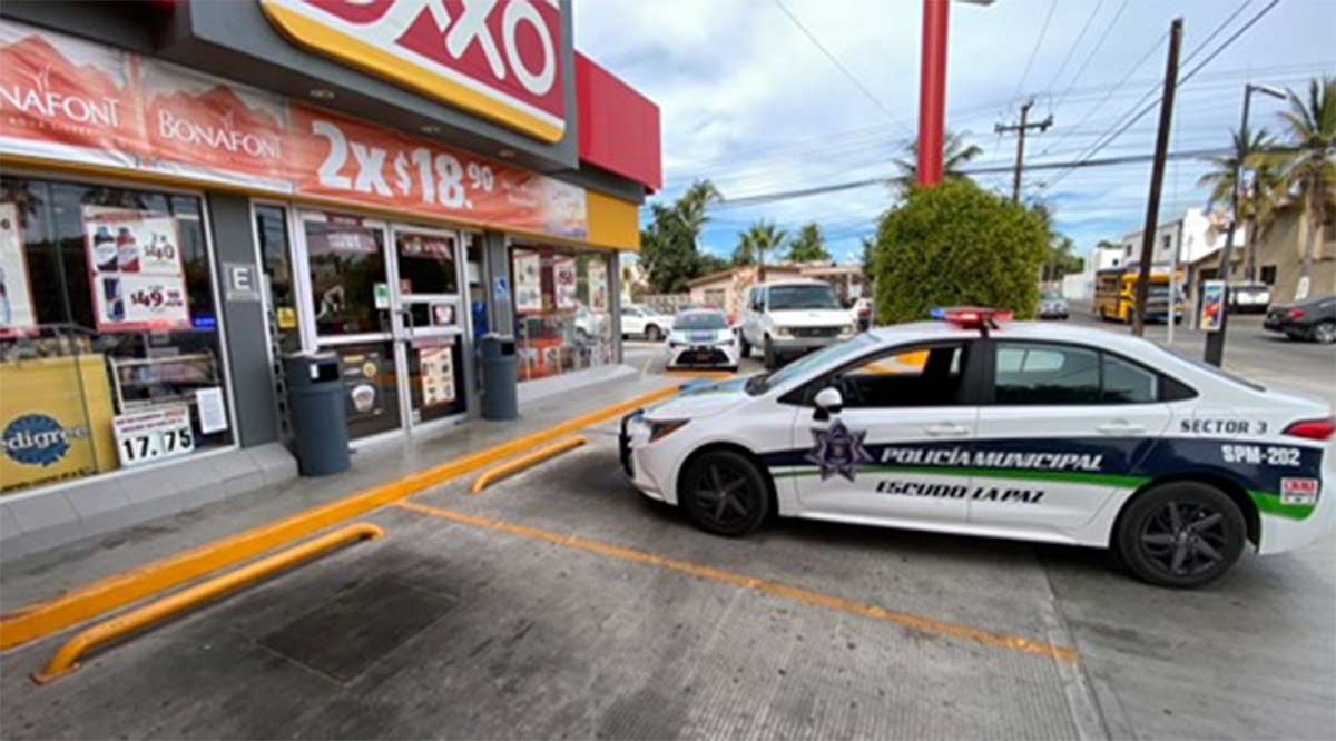Asaltan a mano armada tienda Oxxo y roban La Bodeguita en La Paz