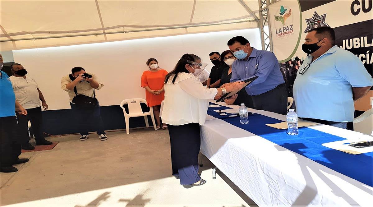 Entregan constancias de jubilación para 48 policías de La Paz