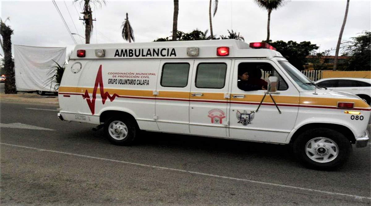 Rescatan policías a conductor atrapado en un vehículo volcado