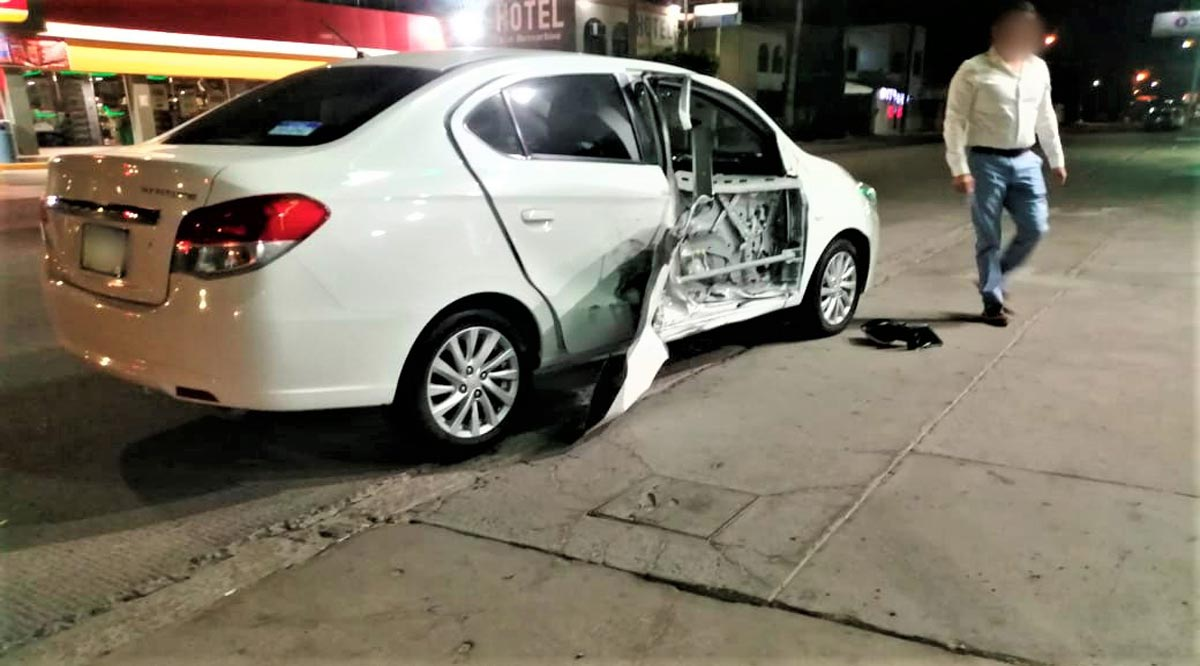 Se impactó con un poste y choca contra un vehículo
