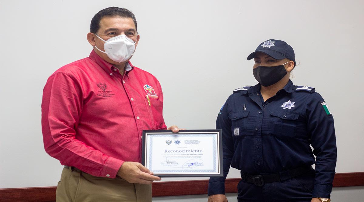 Reconocen actos heroicos de la policía Carolina Martínez