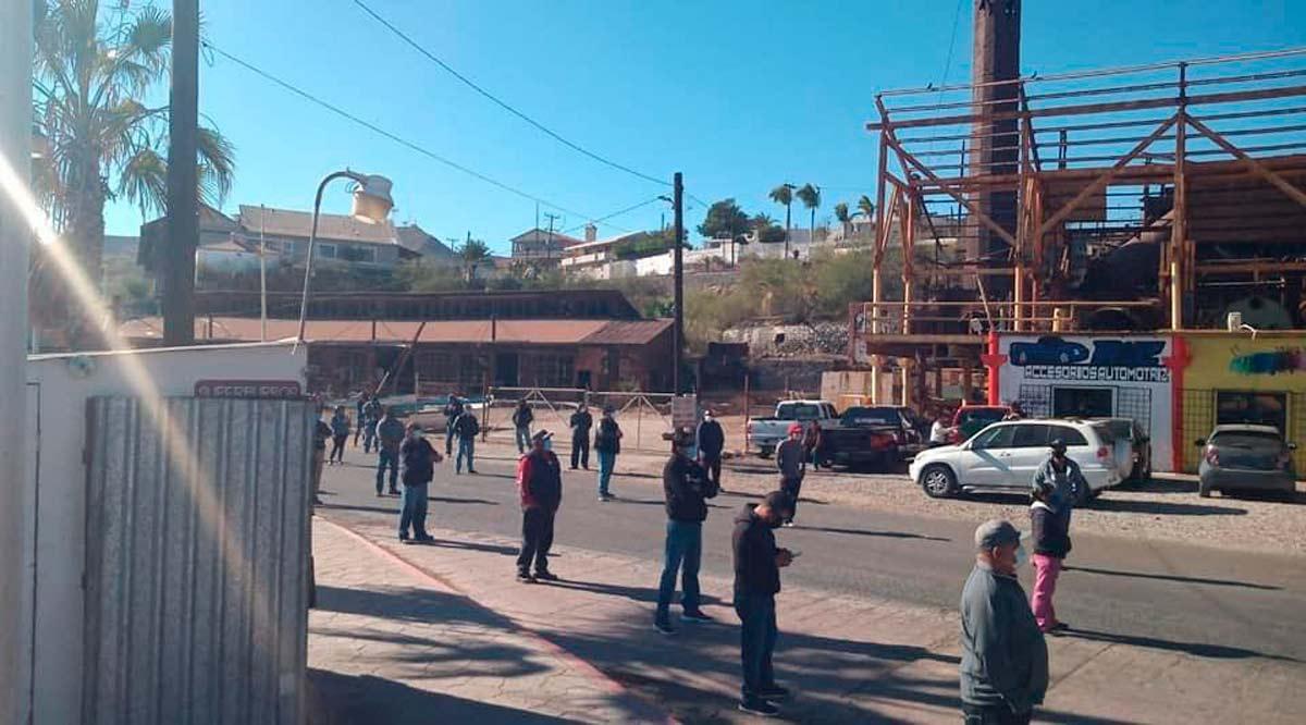 Burócratas de Mulegé bloquean la Transpeninsular en demanda de pagos
