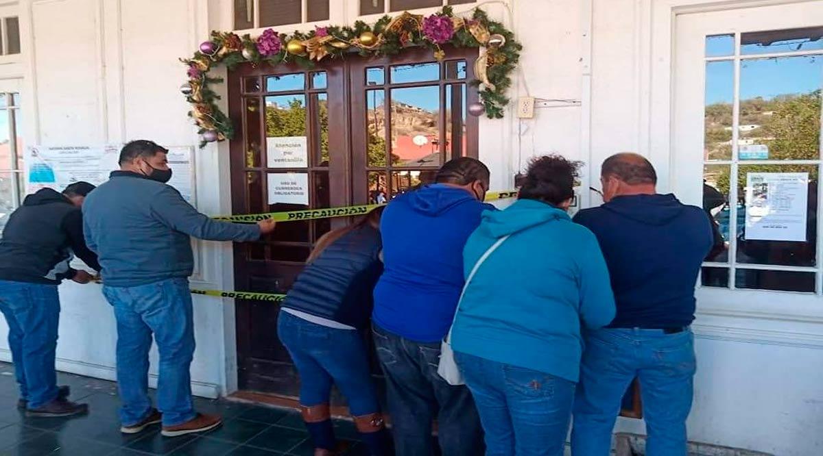 Burócratas de Mulegé cierran el Palacio Municipal en demanda de pagos