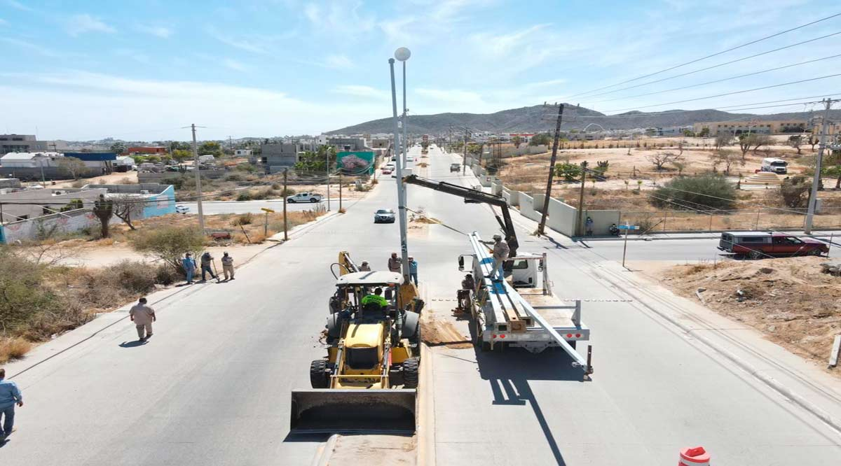 Instalan 20 postes con 40 luminarias en camellón de la colonia Guaymitas