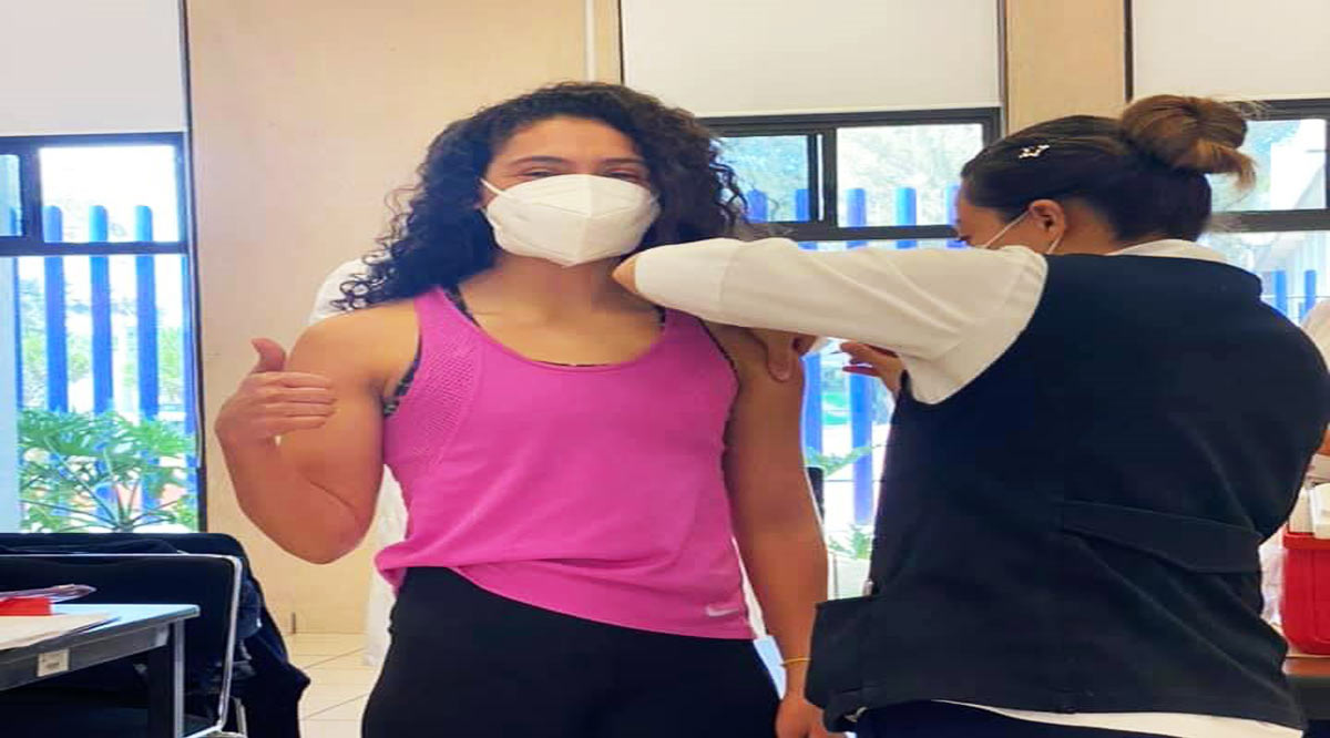Vacunan contra el Covid-19 a la clavadista Gaby Agúndez