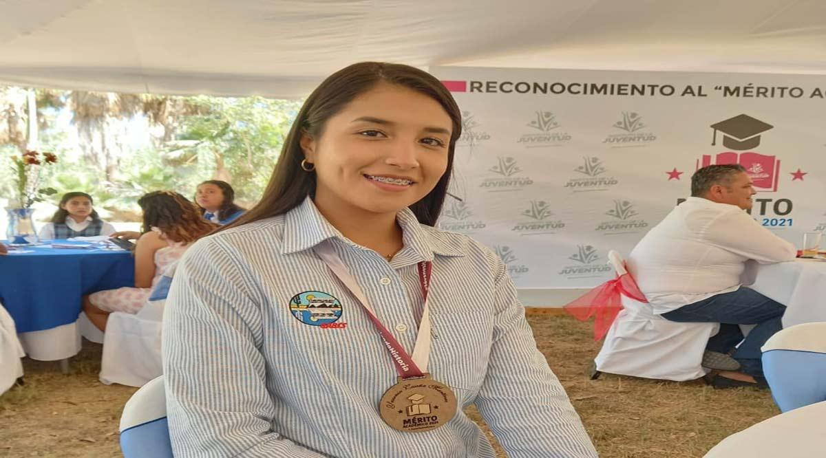 Recibe alumna de la UABCS la medalla al Mérito Académico por parte del Ayuntamiento de Los Cabos