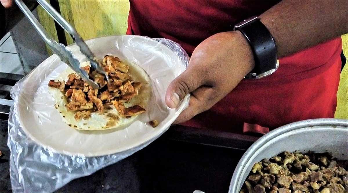 Exhorta el IMSS evitar comer en la vía pública